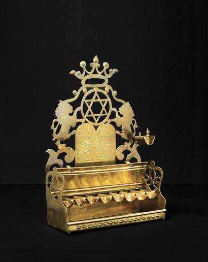 MONUMENTALE LAMPE DE HANOUKKA EN LAITON Pays-Bas, vers 1870 Cette lampe fut offerte...