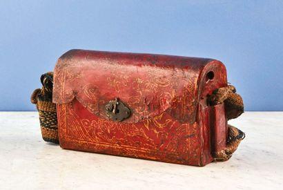 Petit sac en cuir laqué rouge à décor de...