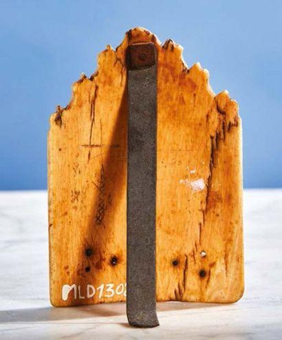 Baiser de Paix en ivoire sculpté en forme de gable représentant la Crucifixion sur...