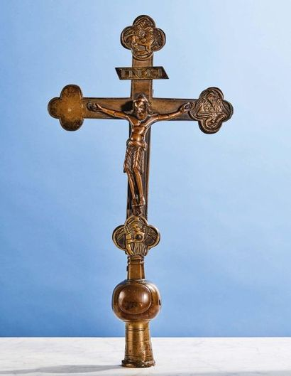 CROIX DE PROCESSION en bronze. Christ avec...