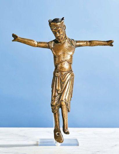 CHRIST en bronze, fonte creuse. Tête couronnée,...