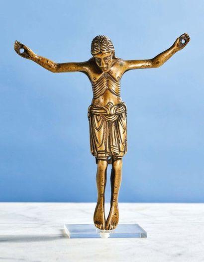 CHRIST en bronze, fonte creuse. Tête imberbe...