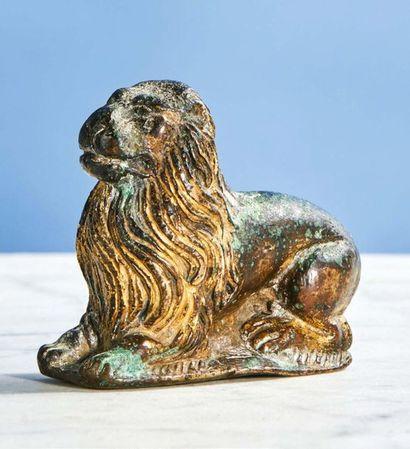 PETIT LION couché en bronze ciselé et doré....