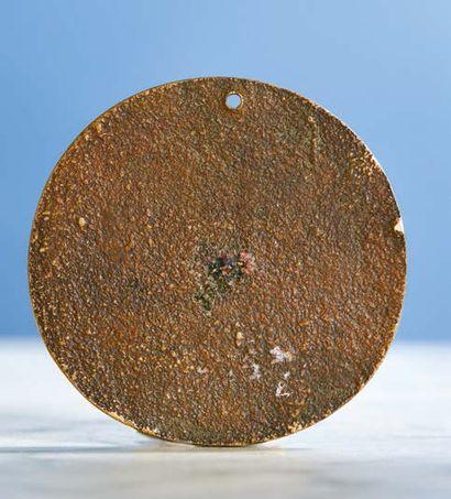 PLAQUETTE ovale en bronze doré représentant Mucius Scaevola mettant sa main dans...