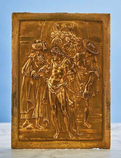 PLAQUE en bronze doré figurant l'Ecce Homo....