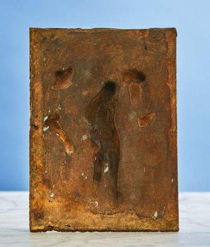 PLAQUE en bronze doré figurant l'Ecce Homo. Au centre le Christ est représenté debout,...