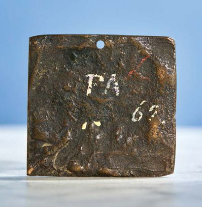 PLAQUETTE de forme carrée en bronze patiné représentant le Déchargement d'un navire....