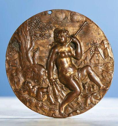 PLAQUETTE ronde en bronze avec restes de...