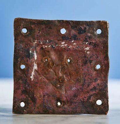 PLAQUETTE en cuivre champlevé, gravé et doré avec infimes traces d'émail rouge représentant...
