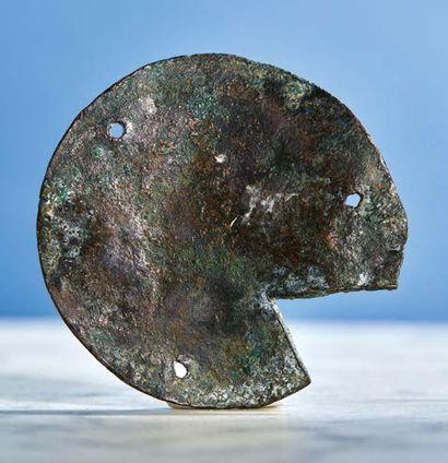 PLAQUETTE circulaire en cuivre champlevé, gravé et doré, anciennement émaillé, représentant...