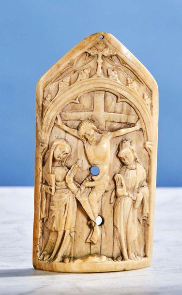 Baiser de Paix en forme de gable en ivoire...