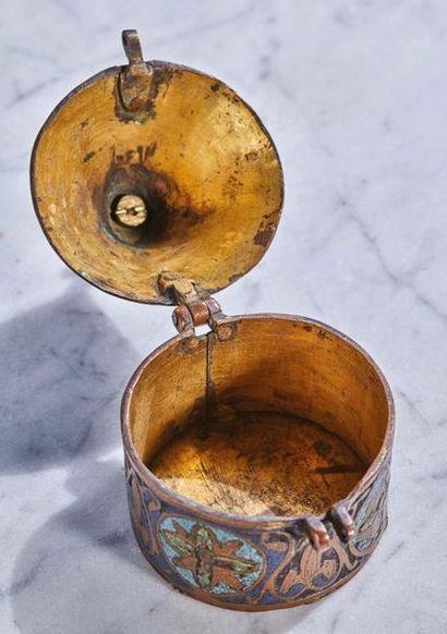 PYXIDE en cuivre champlevé, gravé, émaillé avec traces de dorure, émaux bleu, turquoise,...