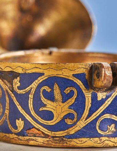 PYXIDE en cuivre champlevé, gravé, émaillé et doré, émail bleu. Couvercle conique...