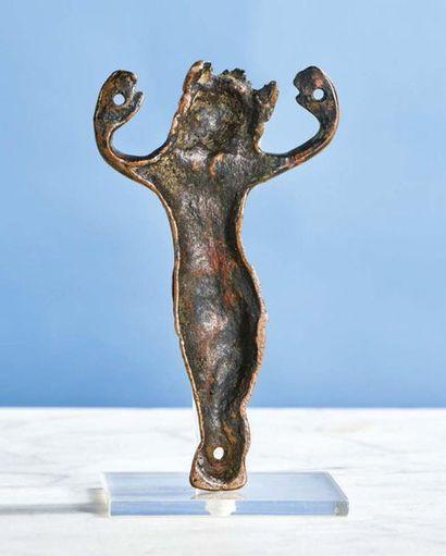 CHRIST d'applique en cuivre gravé. Tête couronnée, bras relevés, long périzonium...