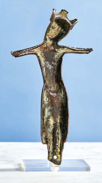CHRIST d'applique en cuivre champlevé, gravé et émaillé avec traces de dorure, yeux...