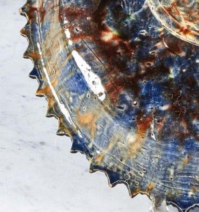 PLAT ovale sur piédouche en terre cuite glaçurée polychrome représentant le Baptême...