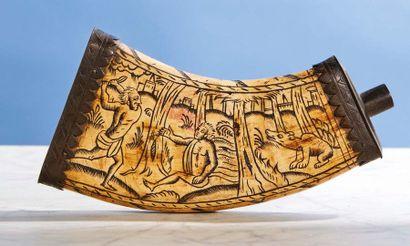 POIRE À POUDRE en bois de cerf gravé du Meurtre...