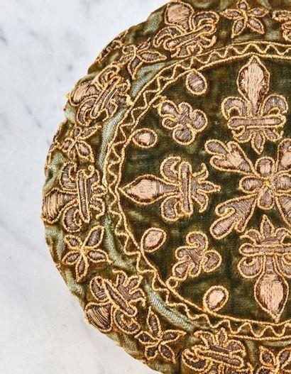 Bourse de jeu en velours vert brodé de fils d'argent à décor de fleurs de lys, d'étoiles...