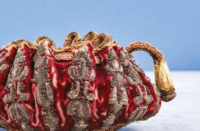 Bourse de jeu en velours rouge brodé de fils d'argent à décor de fleurons, fond...