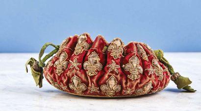 Bourse de jeu en velours rouge brodé de fils d'argent à décor de fleurs de lys et...