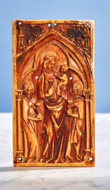 Plaquette en ivoire sculpté représentant...