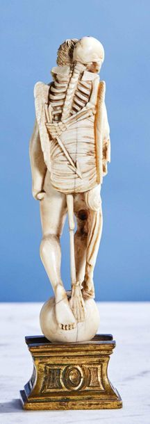 Allégorie du Temps en ivoire finement sculpté en ronde-bosse. Debout sur un globe,...