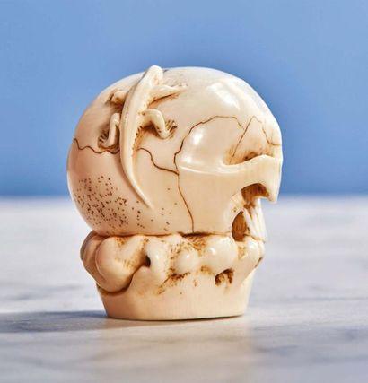 Crâne en ivoire sculpté portant un lézard. Japon, XIXe siècle Hauteur : 4,5 cm -...