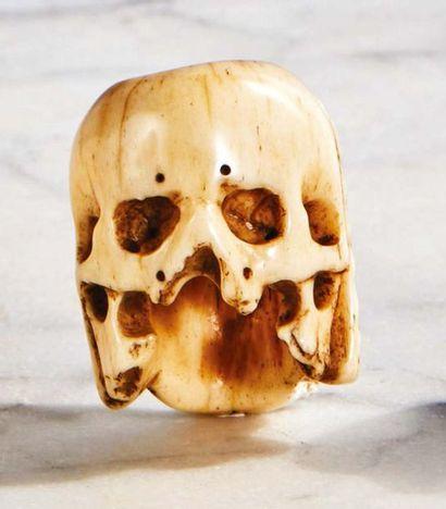 Lot composé de trois grains de rosaire : - Grain de rosaire en ivoire sculpté double...