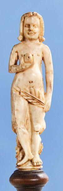 Manches d'un couvert en ivoire sculpté représentant...