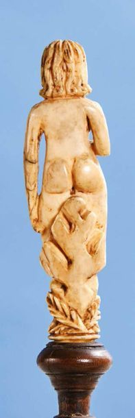 Manches d'un couvert en ivoire sculpté représentant Adam et Eve. Debout, chacun...