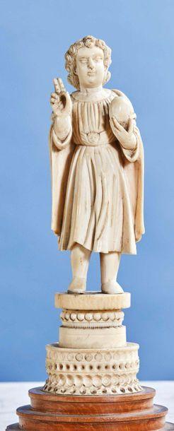 Enfant Jésus bénissant en ivoire sculpté...