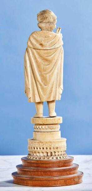 Enfant Jésus bénissant en ivoire sculpté et tenant le globe de la main gauche. Christ...