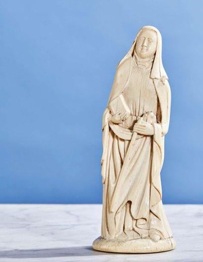 Sainte Religieuse en ivoire sculpté en rondebosse....