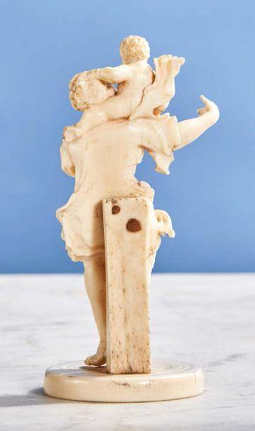Saint Christophe en ivoire sculpté. Le Porte-Christ a le visage tourné vers l'Enfant...