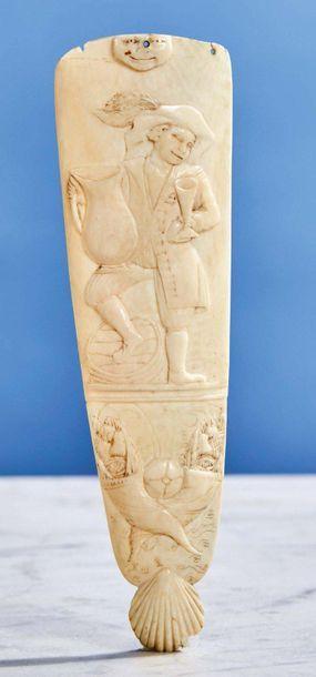 Râpe à tabac en ivoire sculpté en basrelief...