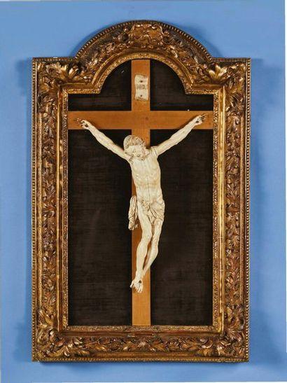 Grand tableau crucifix avec Christ en ivoire....