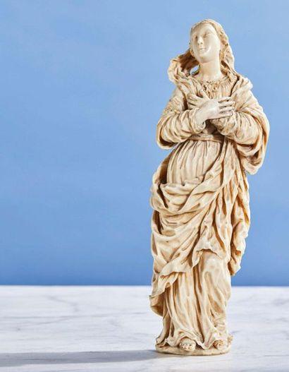 Vierge de Calvaire en ivoire sculpté en ronde-bosse....