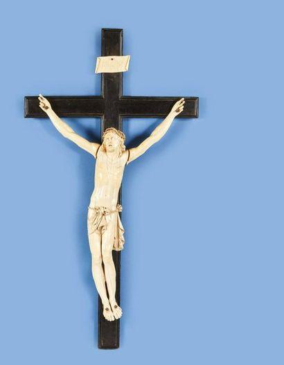 Grand crucifix avec Christ vivant en ivoire...