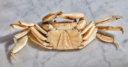 Crabe en ivoire sculpté, les pattes articulées. Belle exécution. Japon, Epoque Meiji...