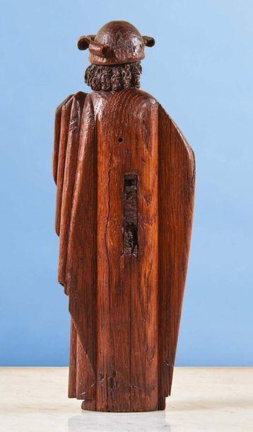 Prophète en chêne sculpté. Debout, la jambe gauche avancée, il présente un phylactère...