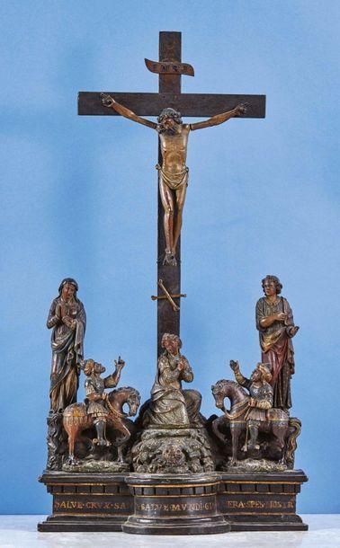 La Crucifixion en bois sculpté et polychromé. Le Christ en croix est entouré de...