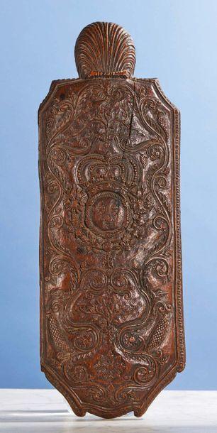 Grande râpe à tabac en bois fruitier sculpté de forme rectangulaire aux angles abattus....