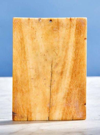 Volet droit de diptyque en ivoire sculpté représentant l'Adoration des Mages sur...