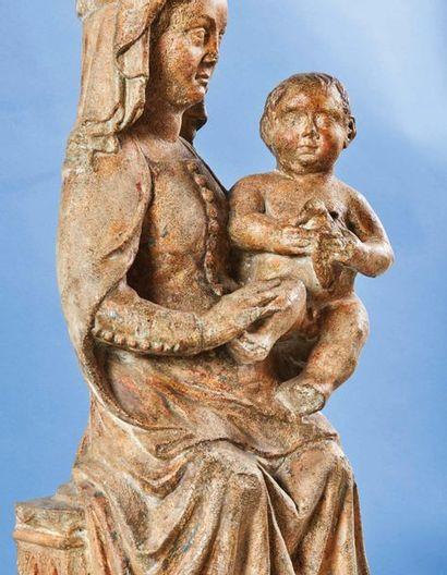 Vierge à l'Enfant en pierre calcaire sculptée avec traces de polychromie, dos ébauché....