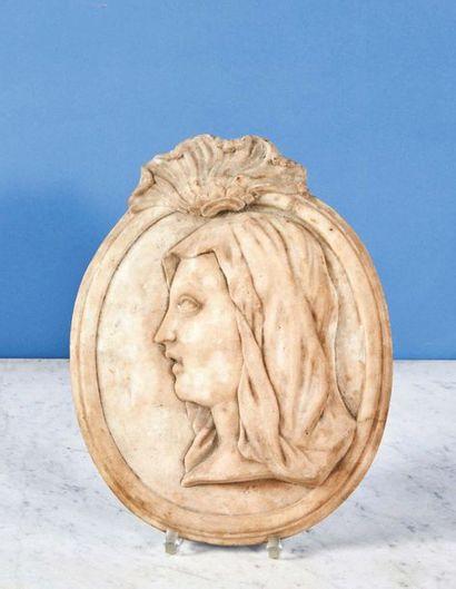 Médaillon en marbre représentant le profil gauche de la Vierge surmonté d'une coquille...