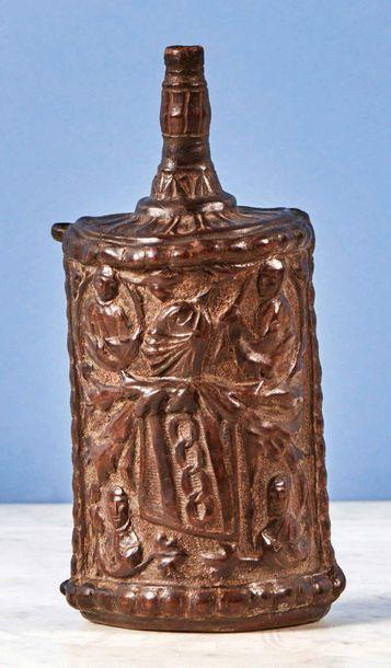 Poire à poudre en cuir gaufré à décor d'armoiries...