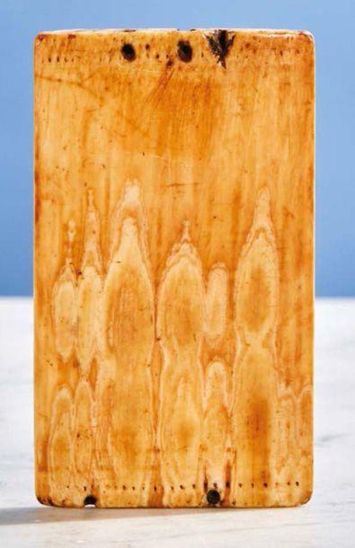 Plaquette en ivoire sculpté en faible profondeur représentant la Crucifixion. Sous...