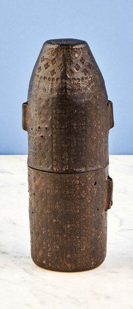 Lot composé de deux étuis : - étui en cuir de forme tronconique à décor de frises...