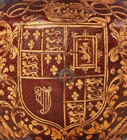 Étui à ciboire à âme en bois en maroquin rouge doré au petit fer portant le blason,...