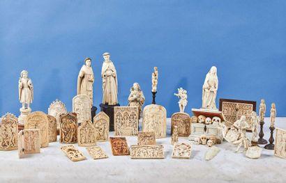 Baiser de Paix en ivoire sculpté de forme cintrée représentant la Crucifixion encadrée...